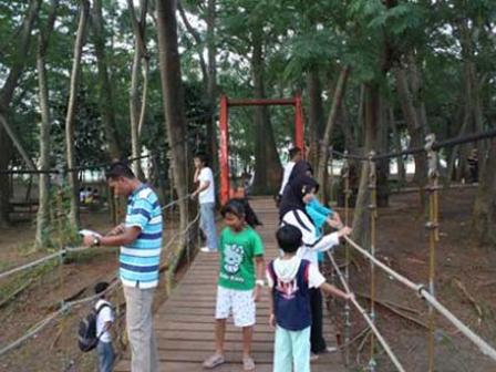 Gambar Menikmati Suasana Hutan Kota Srengseng Jakarta Barat Dibanjiri Pengunjung