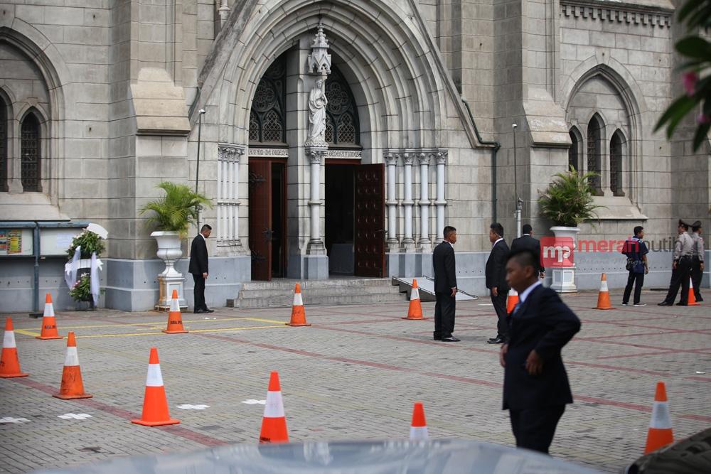 Gereja Katedral Saksi Sejarah Umat Katolik Jakarta Merahputih Halaman Depan
