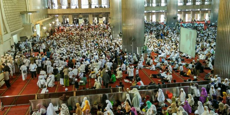 Massa Sejumlah Ormas Islam Gelar Shalat Zuhur Berjemaah Masjid Istiqlal
