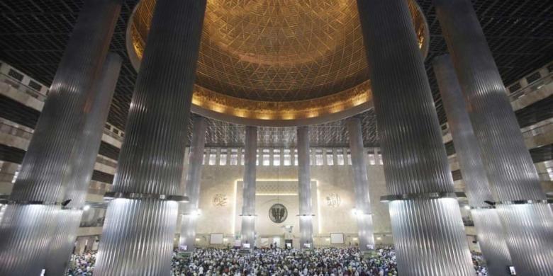 Puluhan Ribu Anggota Jemaah Lakukan Shalat Tarawih Pertama Masjid Warga