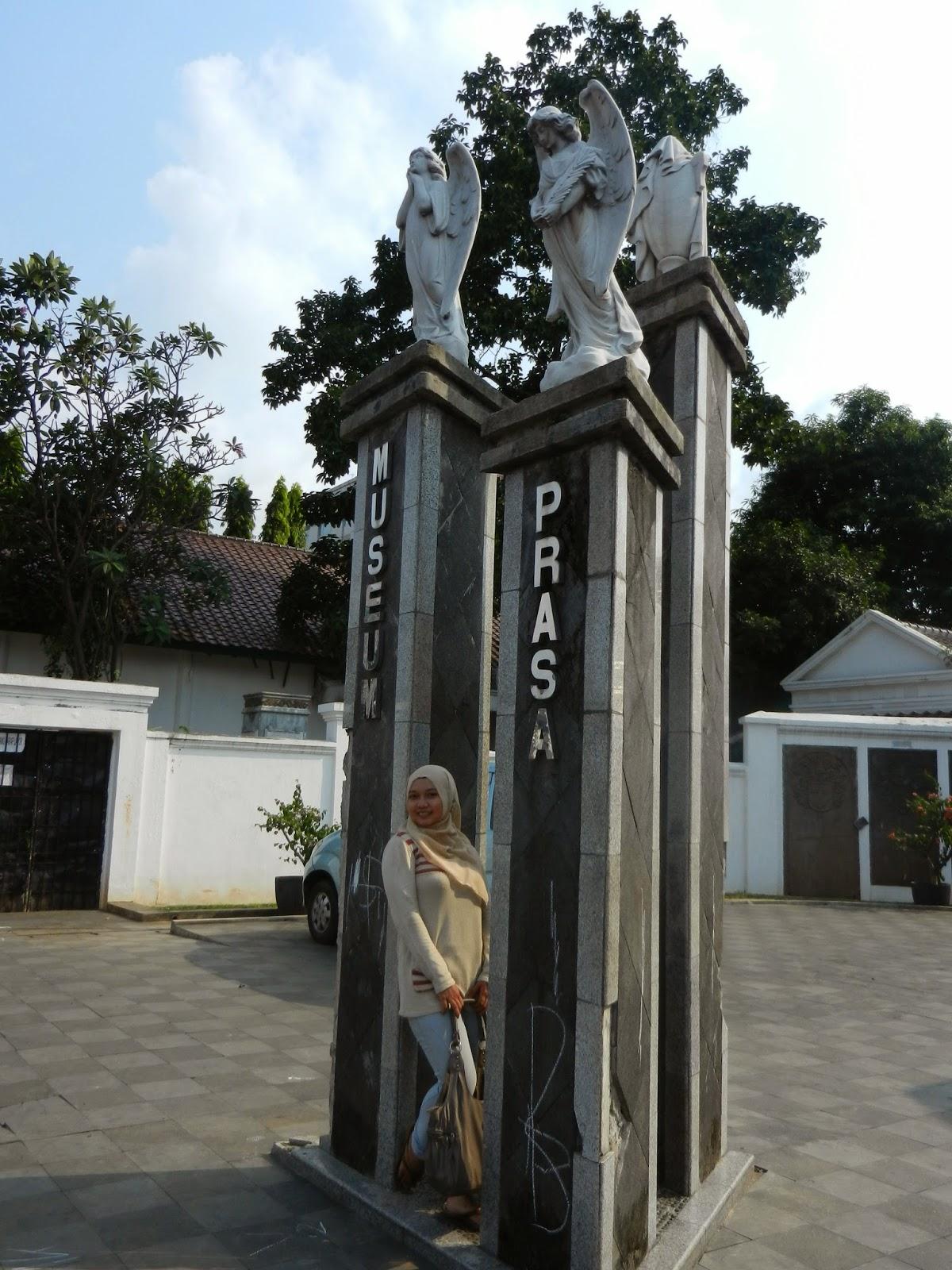Kemana Kaki Melangkah Spot Foto Tersembunyi Museum Taman Prasasti Gapura