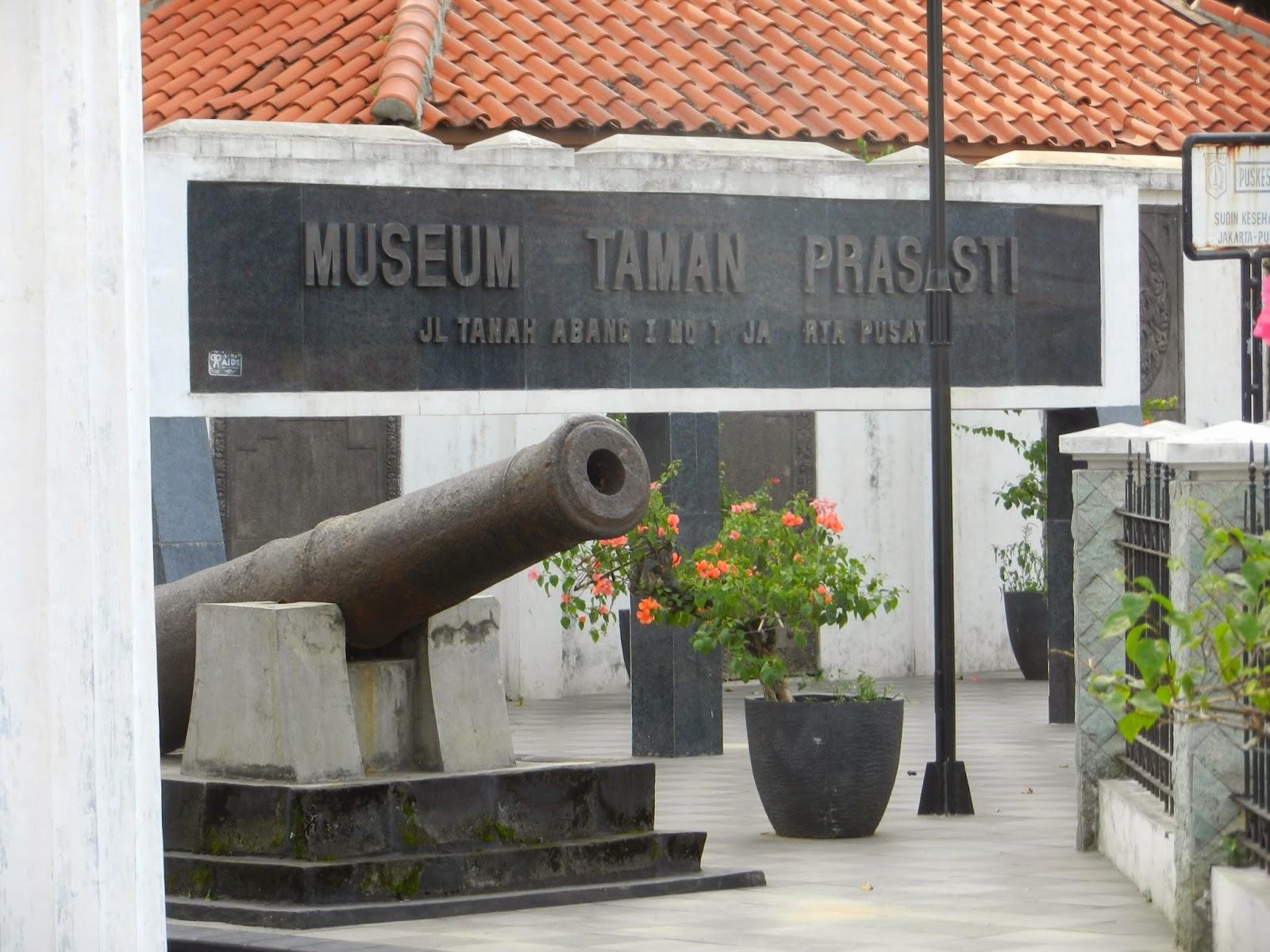 Kemana Kaki Melangkah Spot Foto Tersembunyi Museum Taman Prasasti Kota