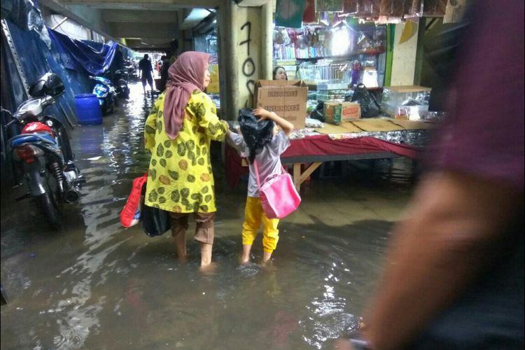 Pedagang Keluhkan Blok Tanah Abang Tergenang Ketika Hujan Terendam Banjir