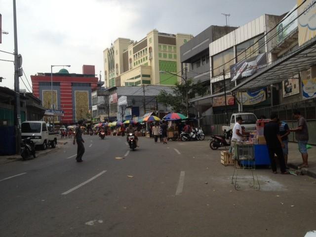 Sepi Pemilik Kios Blok Pasar Tanah Abang Jajakan Dagangan Trotoar