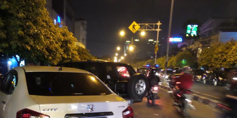 Parkir Liar Taman Menteng Macetkan Jalan Cokroaminoto Kompas Area Depan