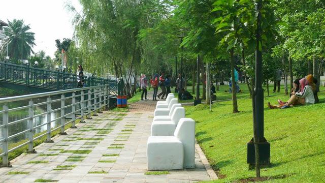 Taman Kota Menteng Bintaro Fasilitas Tempat Duduk Tersedia Photo Budi
