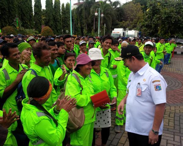 Jakarta Pusat Pemerintah Kota Administrasi Pasukan Hijau Siap Bersihkan Taman