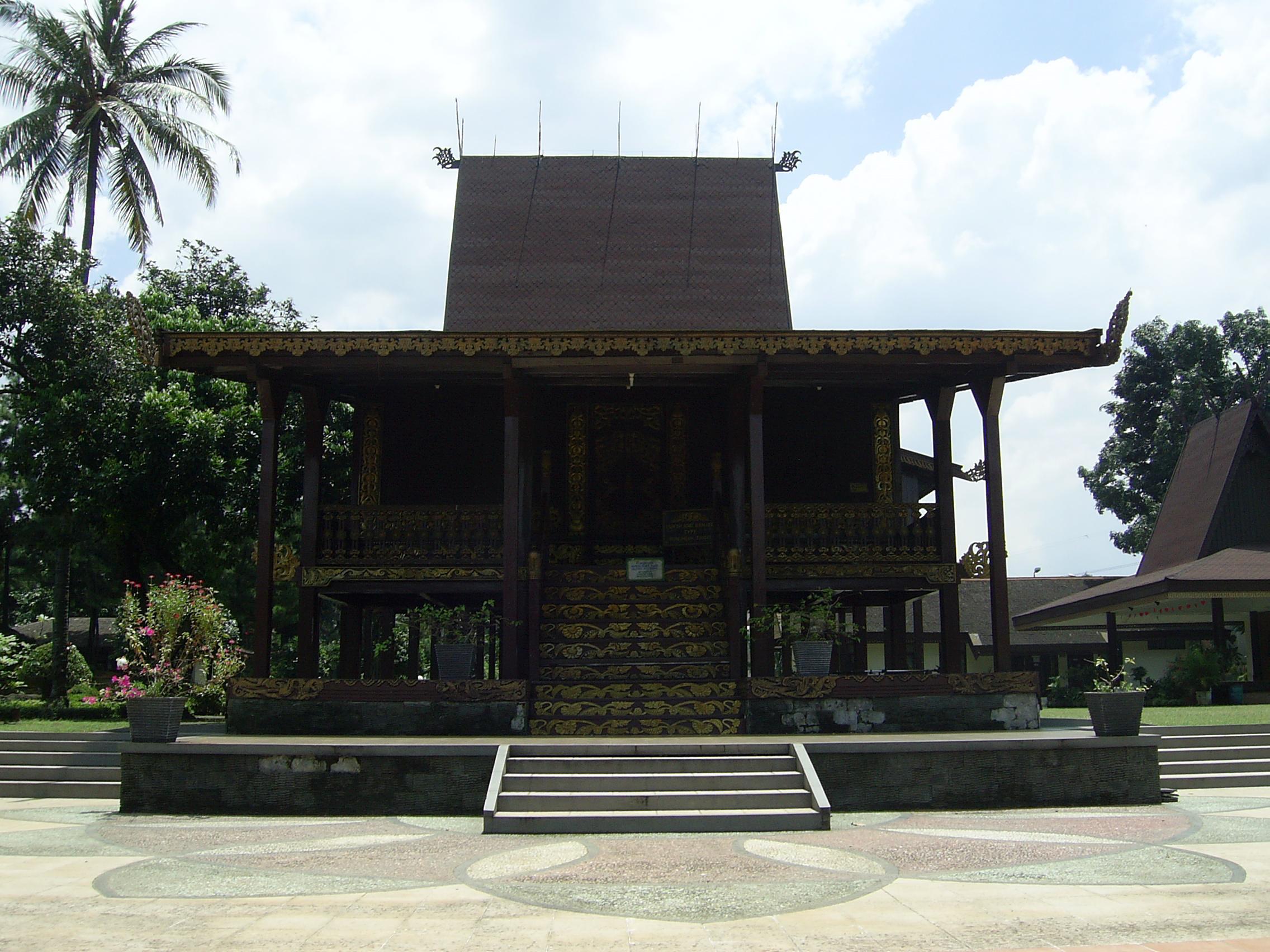 Berkas Rumah Bubungan Tinggi Anjungan Kalsel Tmii Jakarta Jpg Taman