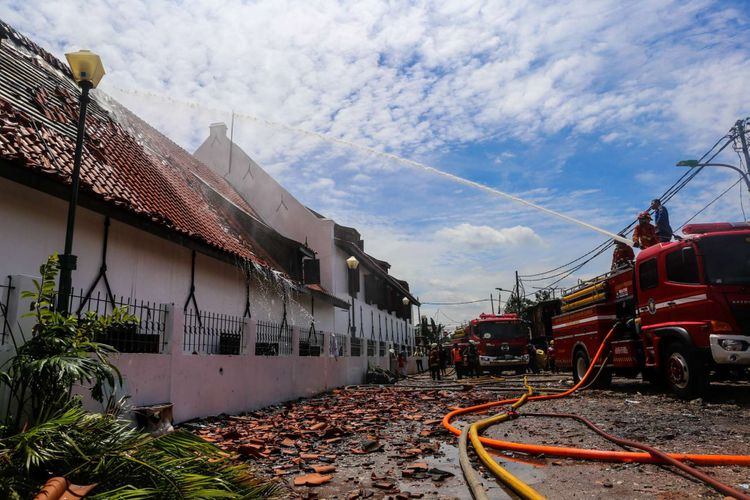 Kebakaran Museum Bahari Dibuka Wisatawan Besok Kompas Petugas Pemadam Memadamkan