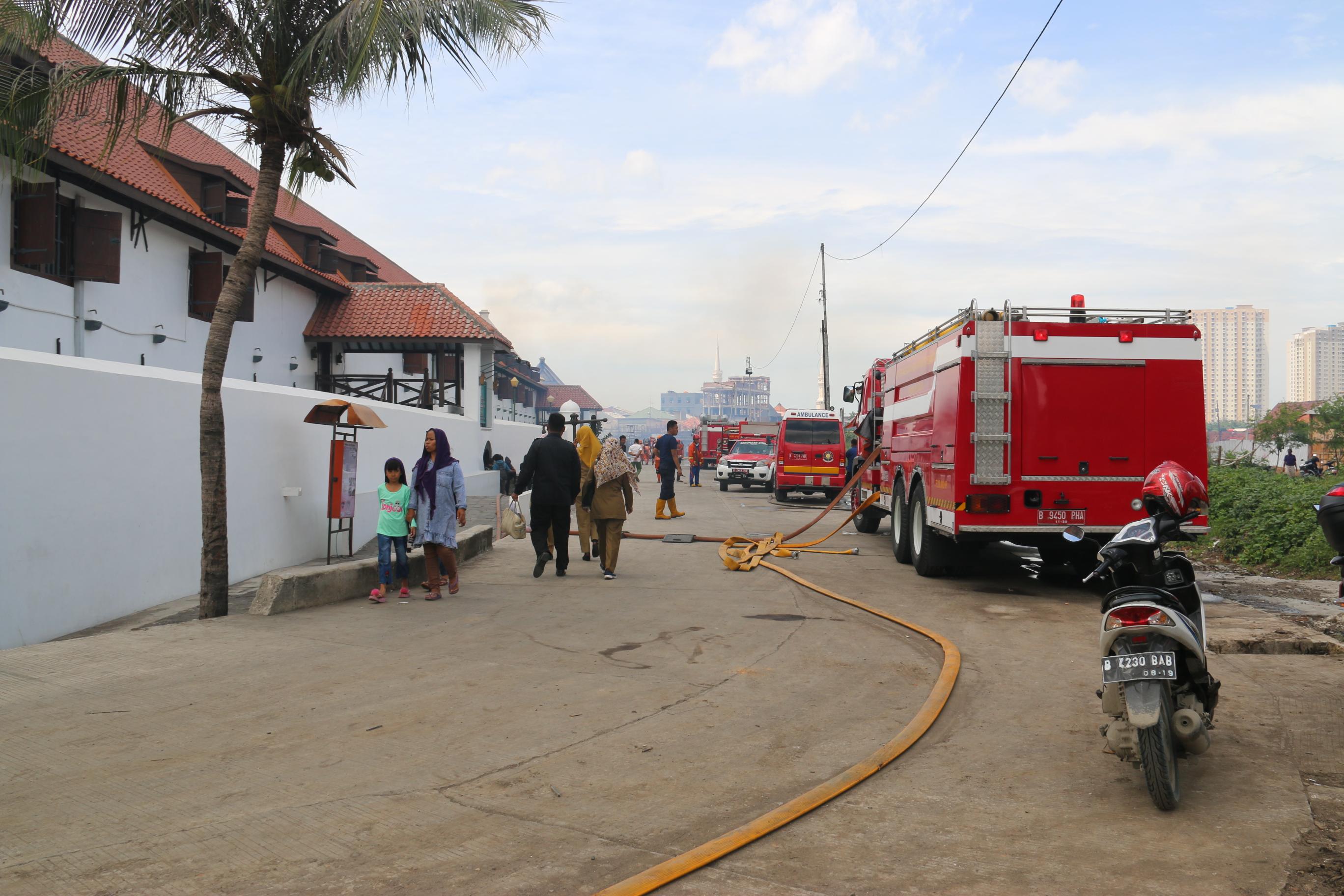 Pemerintah Kota Administrasi Jakarta Utara Mobil Pemadam Kebakaran Dikerahkan Memadamkan