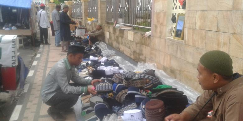 Penjual Kopiah Panen Berkah Bulan Ramadhan Kompas Salah Warga Melihat