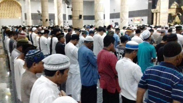 Ribuan Umat Islam Gelar Shalat Tarawih Perdana Masjid Raya Menggelar