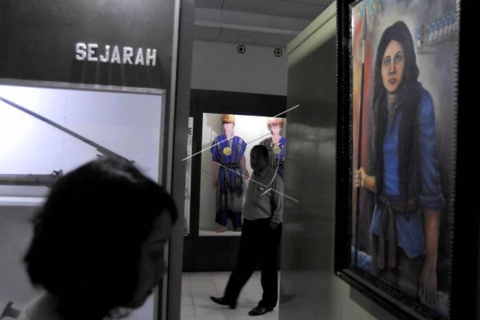 Museum Siwalima Antara Foto Pengunjung Melintas Diantara Koleksi Budaya Sejarah