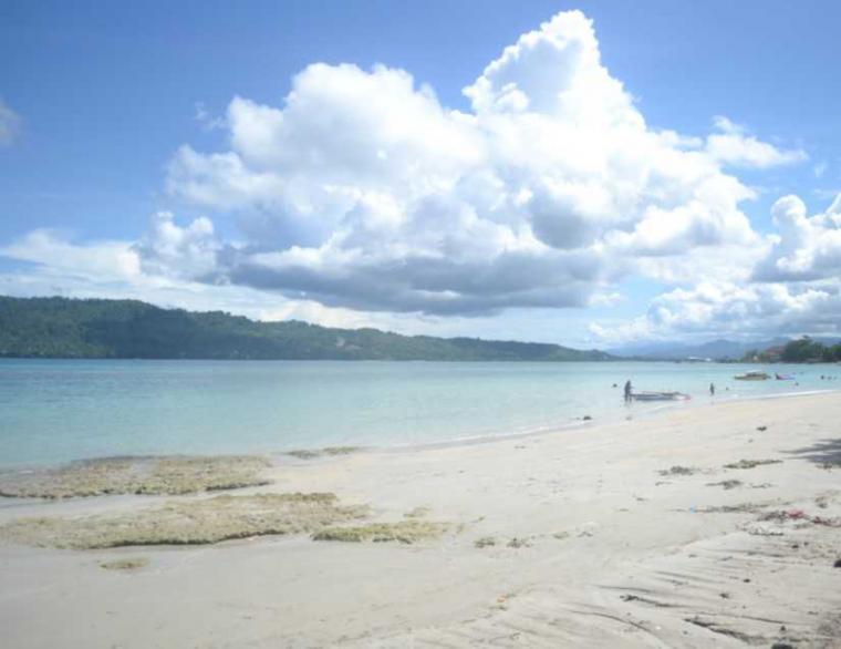 Menikmati Udara Sejuk Pantai Natsepa Maluku Oleh Diyah Wara Kota