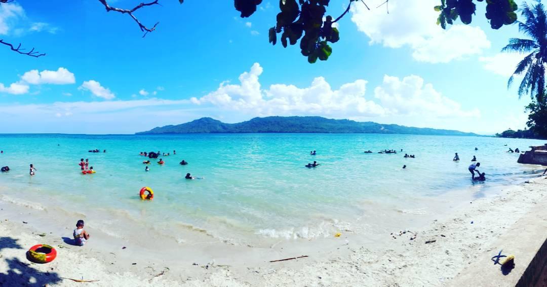 Menyambut Senja Romantis Pantai Natsepa Sambil Menikmati Rujak Pemandangan Maluku