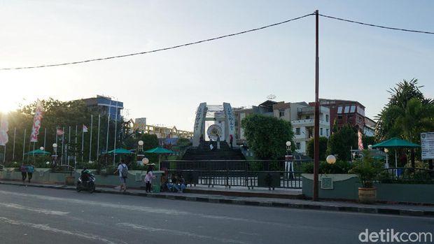 Liburan Ambon Lihat Patung Pattimura Gong Perdamaian Berada Seberang Taman