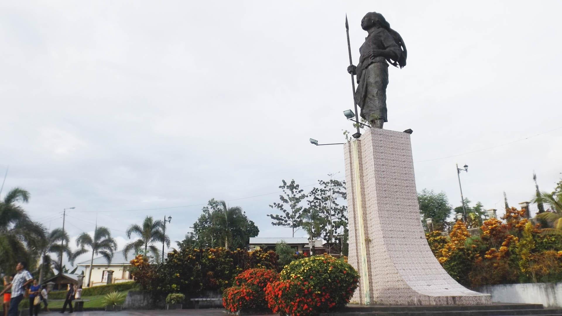 Mengunjungi Monumen Martha Tiahahu Pejuang Wanita Maluku Sekeliling Patung Taman