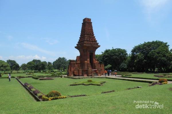 Menyusuri Sejarah Kerajaan Majapahit Trowulan Mojokerto Candi Bajang Ratu Balai