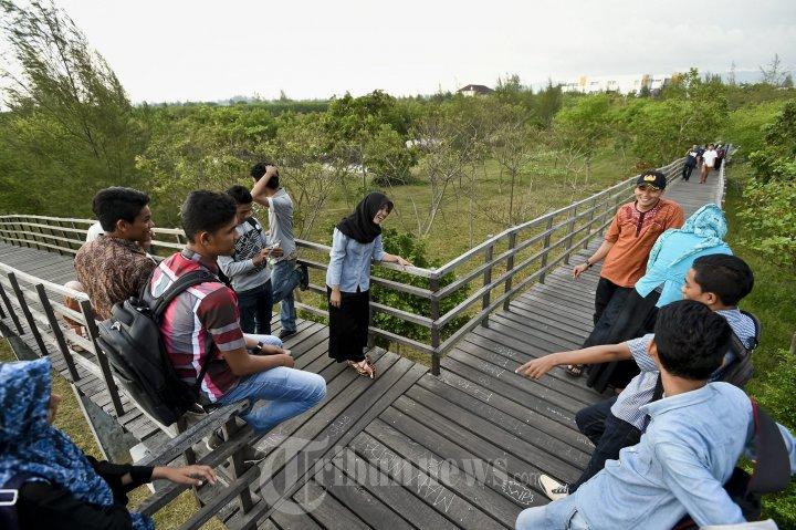 Pengunjung Nikmati Taman Hutan Kota Tibang Foto 1 1352222 20141002