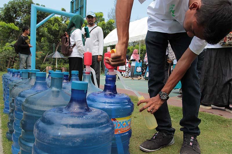 Relawan Aksi Peduli Sampah Nasional Mengisi Ulang Air Minum Botol