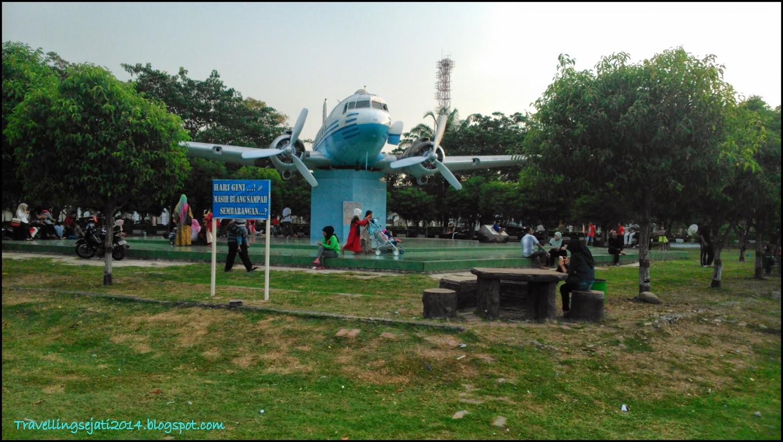 Lapangan Bersejarah Terletak Pusat Kota Banda Aceh Replika Pesawat Dakota