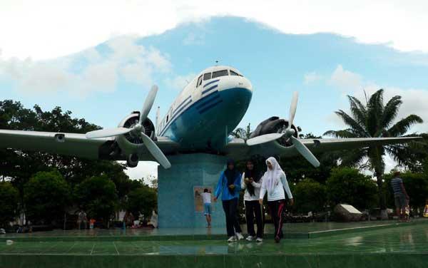 Replika Pesawat Ri 001 Pertama Sumbangan Rakyat Aceh Mempertahankan Kemerdekaan