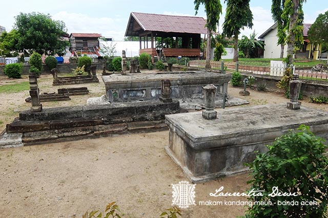 Kompleks Makam Kandang Meuh Banda Aceh 9 Raja Paaaaling Kanan