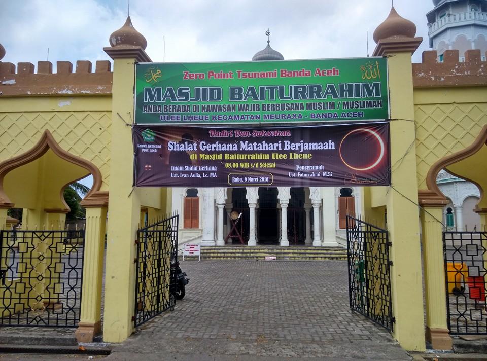 Alumni Timur Tengah Pimpin Salat Gerhana Matahari Banda Aceh Masjid