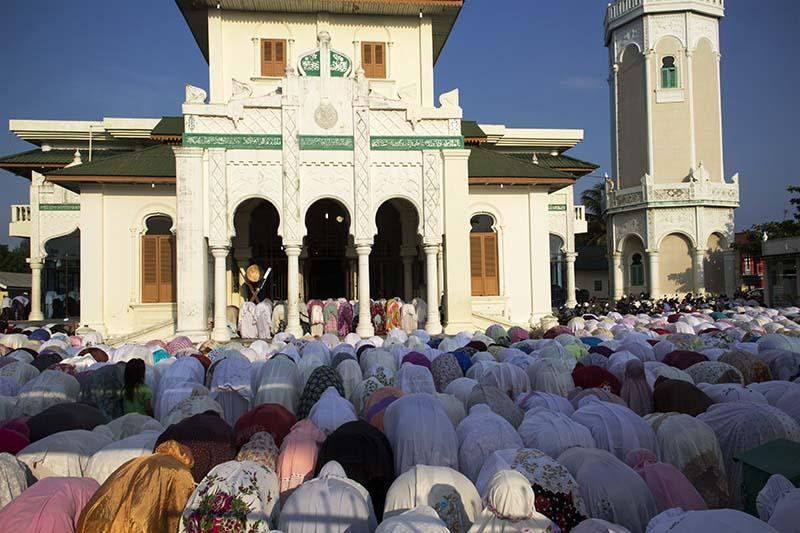 Jama Ah Melaksanakan Shalat Kusuf Pukul 7 35 Pagi Masjid