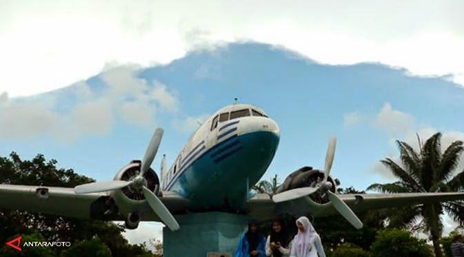Monumen Pesawat Seulawah Atjeh Traveller Jaman Ri 001 Berperan Mengangkut