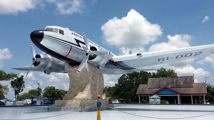 Penampakan Pesawat Penerjun Pertama Indonesia Misi Kalimantan Monumen Kota Banda
