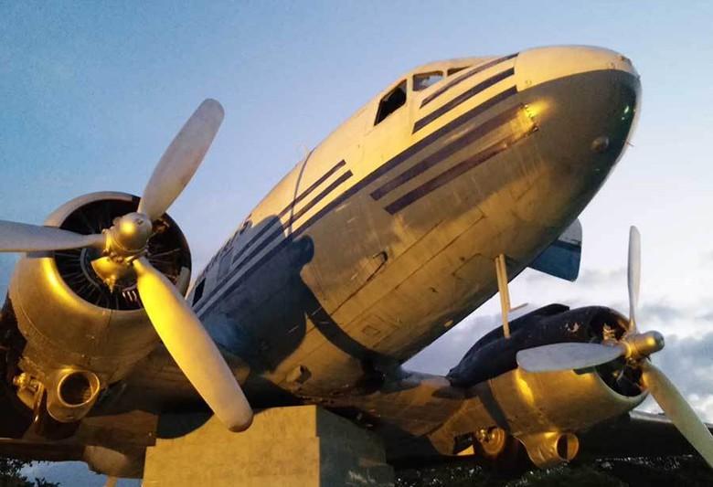 Pesawat Cikal Bakalnya Garuda Indonesia Monumen Dakota Ri 001 Seulawah