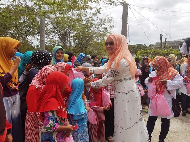 Anggota Dpr Aceh Darwati Gani Santuni 700 Anak Yatim Dailymail