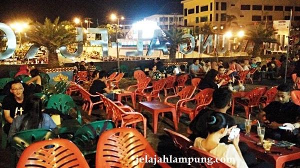 Asyiknya Malam Mingguan Lungsir Tugu Pengantin Bandar Lampung Keramaian Pengunjung