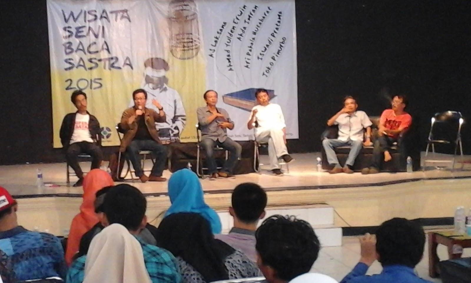 Ulun Lampung 2015 Penyair Ahmad Yulden Erwin Kedua Kiri Menyampaikan