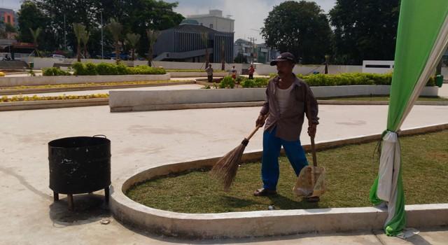 Petugas Kebersihan Taman Gajah Lampung Keluhkan Pengunjung Buang Suherman Keberihan