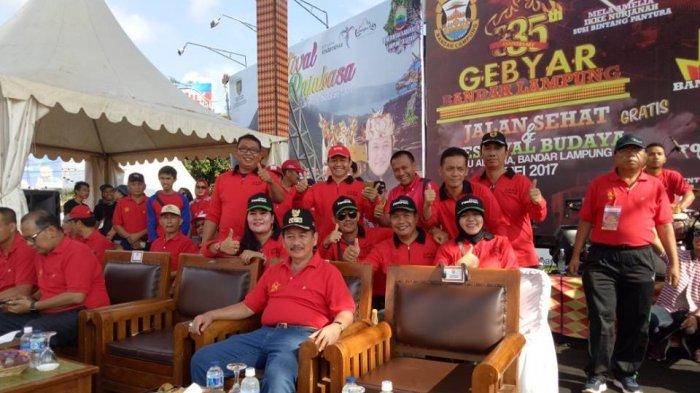 Anggota Dprd Bandar Lampung Ikut Merahkan Tugu Adipura Tribun Kota