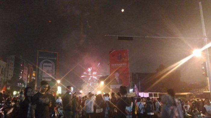 Berita Foto Ribuan Masyarakat Tumpah Ruah Menikmati Pesta Kembang Api