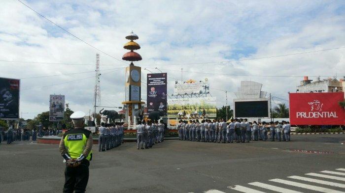 Foto Ratusan Siswa Sman 2 Bandar Lampung Berbaris Tugu Adipura
