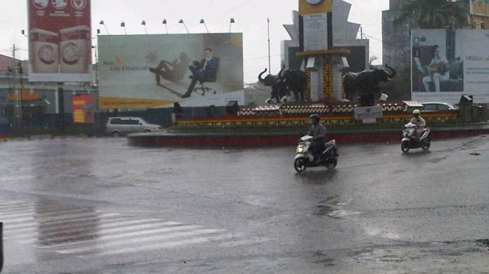 Foto Tugu Adipura Diguyur Hujan Arus Lintas Sepi Tribun Lampung