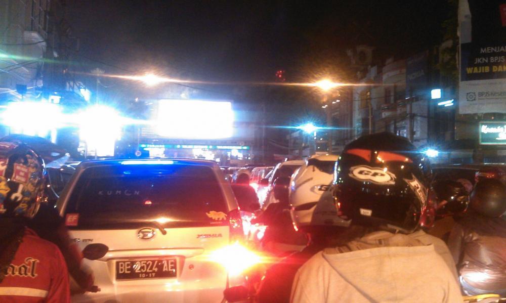 Jelang Pukul 00 Jalan Menuju Tugu Adipura Macet Foto Kota