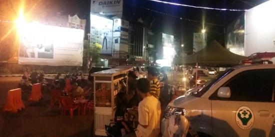 Pedagang Tugu Adipura Kaban Pol Pp Bandar Lampung Malam Hari