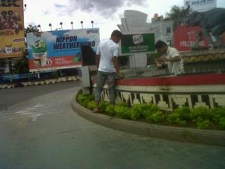 Petugas Bersih Tugu Adipura Bandar Lampung Tribun Img05646 20130221 1208