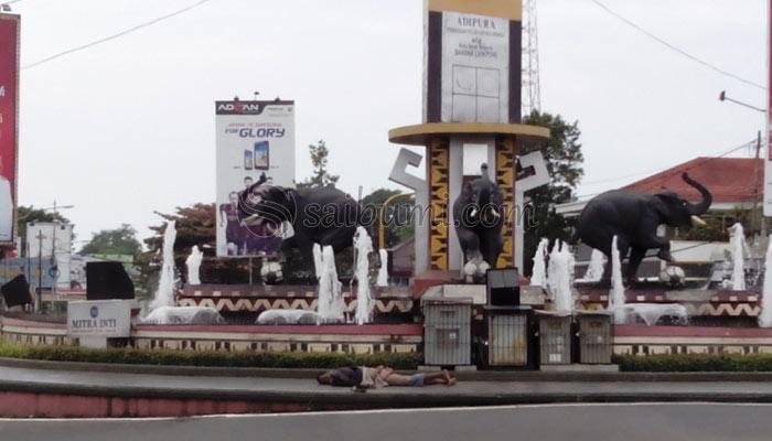 Tugu Adipura Bandar Lampung Jadi Tempat Favorit Gelandangan Tidur Foto