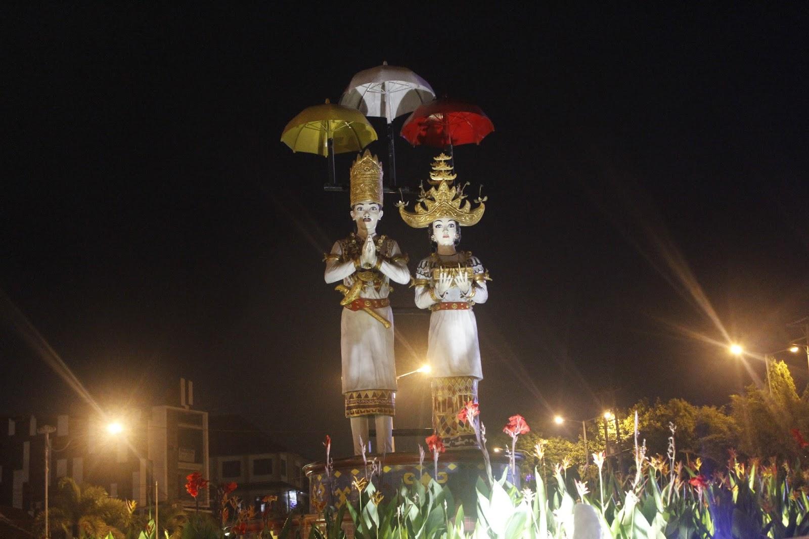 Tugu Pengantin Selamat Datang Lampung Halaman Masjid Alfuqon Terdapat Pengamen