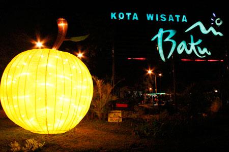 Memandangi Keindahan Cahaya Lampion Alun Kota Batu Jawa Timur Berbentuk