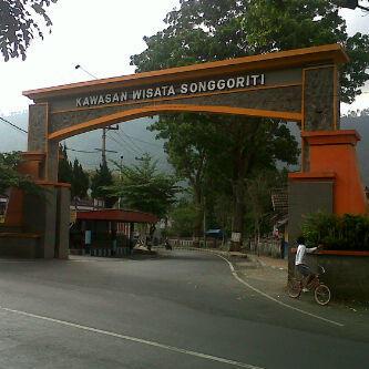 Villa Songgoriti Peace Love Unity Respect Gerbang Masuk Kawasan Wisata