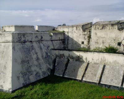Yendi Sutan Rajo Endah Benteng Marlborough Fort Berada Tepian Pantai