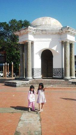 Thomas Parr Monumen Bengkulu Picture Monument 2 Angel Paar Kota