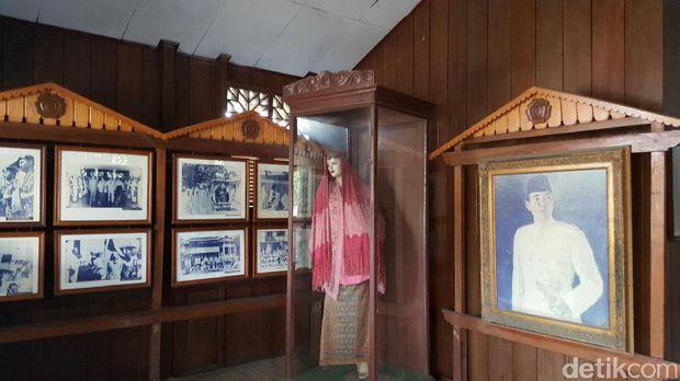 Fatmawati Menjahit Bendera Tugas Kamu Indonesia Baju Foto Lukisan Soekarno